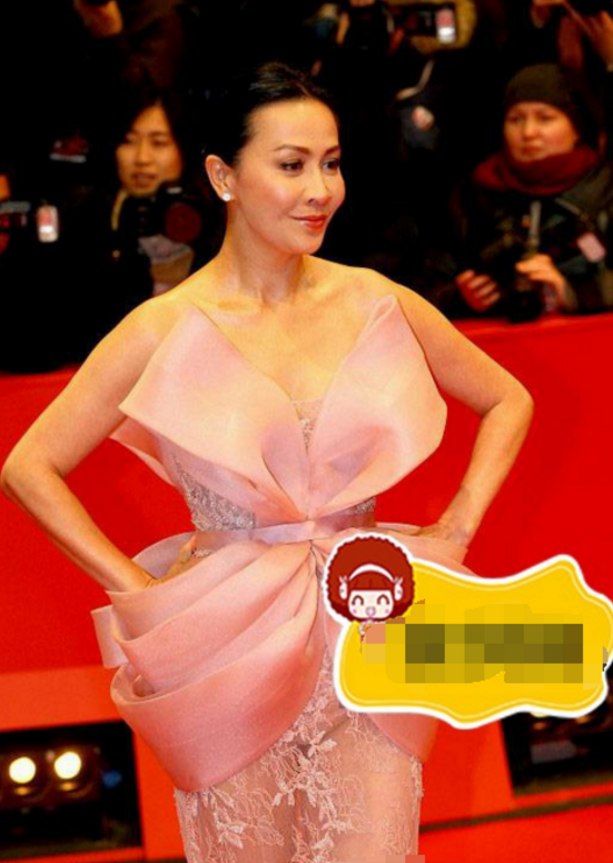 52岁刘嘉玲太敢穿 网友直呼:粉色真抢镜