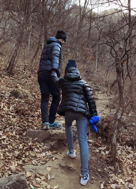 李亚鹏带女儿爬山 网友都被李嫣腿惊呆了