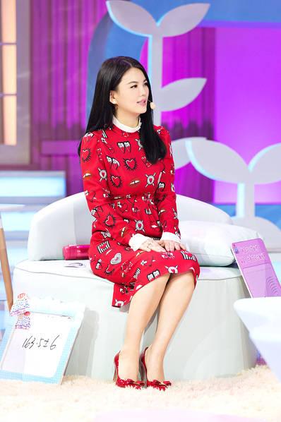 李湘瘦身显著秀美腿 糖果风红裙似少女