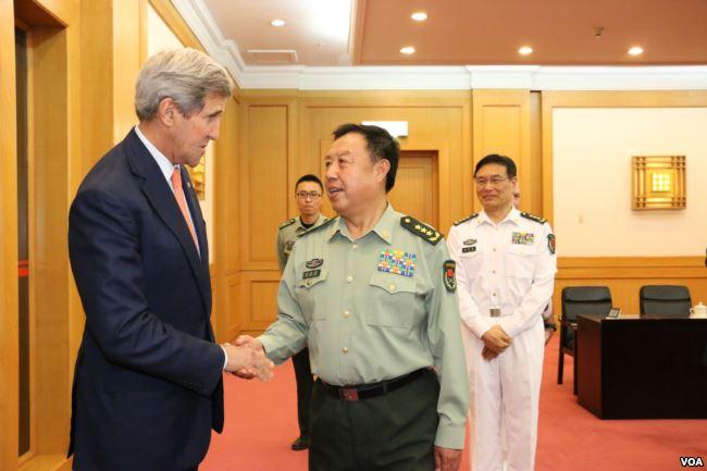 2015年5月16日美国国务卿克里在北京和中国中央军委副主席范长龙握手(美国之音莉雅拍摄)