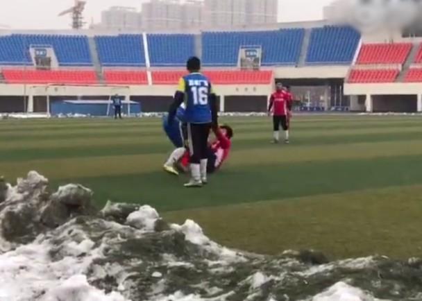 中国式足球?足协主席 球赛中带头打人