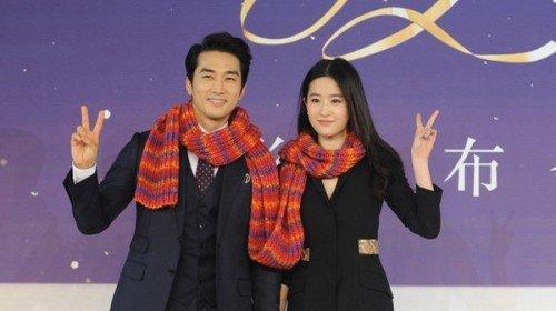 刘亦菲与宋承宪旧时甜蜜合照。