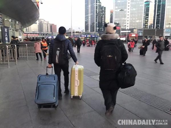 美国媳妇陪中国老公挤春运  累并快乐着