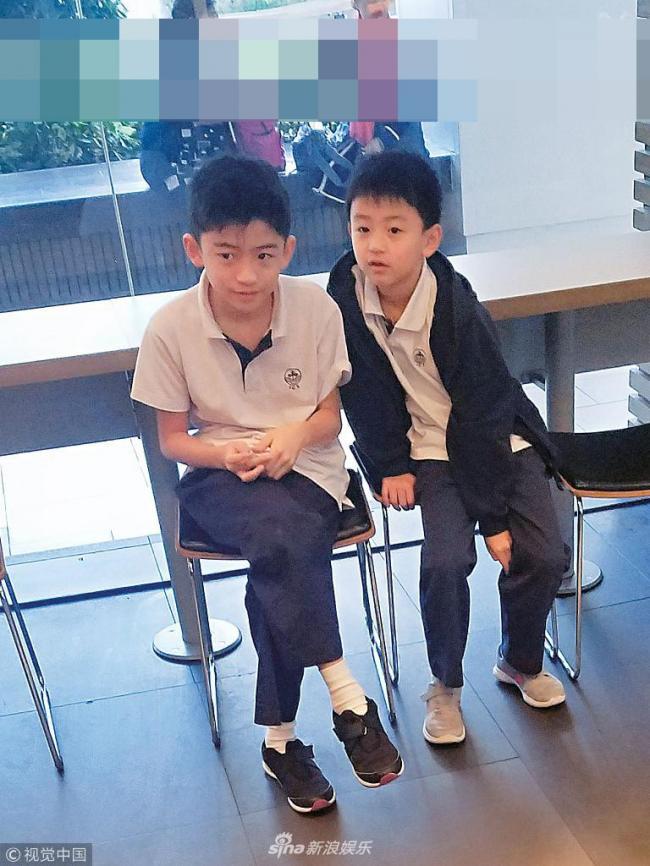 张柏芝带儿子吃快餐 两兄弟变小绅士