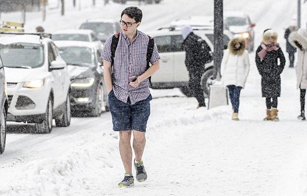 美国大学男生零下8度穿短袖短裤上学