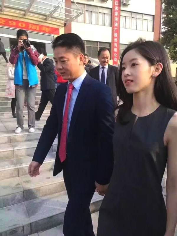 奶茶妹妹穿太少 一旁的刘强东不解风情