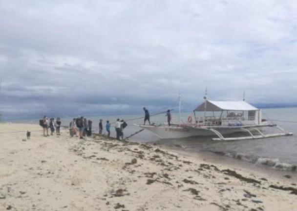 离谱!台风天坚持出海 15华客被困小岛