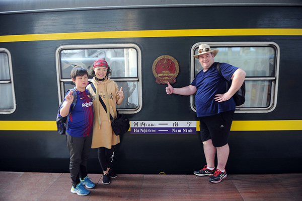 洋人春运挤跨国火车  来到中国已14年