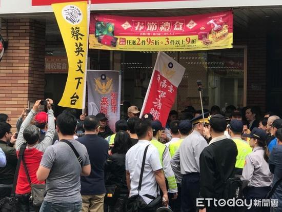 """蔡英文派发红包遭遇抗议被迫""""走后门"""""""