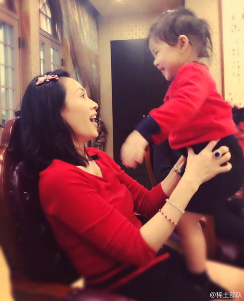 章子怡与女儿穿亲子装 温馨互动超有爱