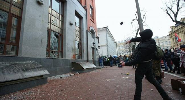 乌克兰新纳粹组织朝俄机构扔石块和鸡蛋