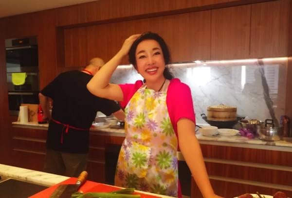 63岁刘晓庆亲自下厨 身材很好只是脸..