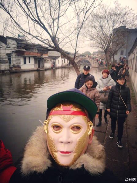 郑恺初三带妈妈逛街 戴悟空面具穿梭人群