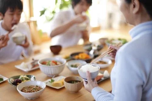 中国人在日本吃饭用筷子 为何感觉很别扭