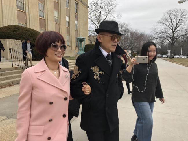 周立波案今开庭  与妻子同现法院