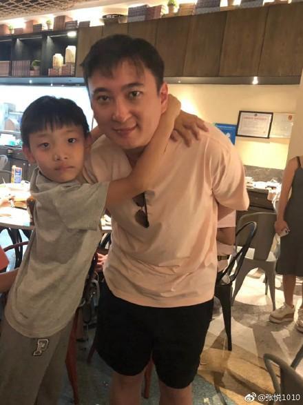 王思聪度假被小学生搂脖子