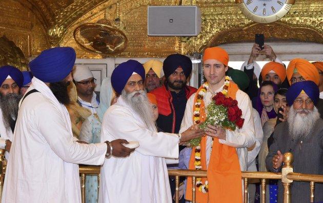 怕不够丢人  加拿大总理跳起了印度舞