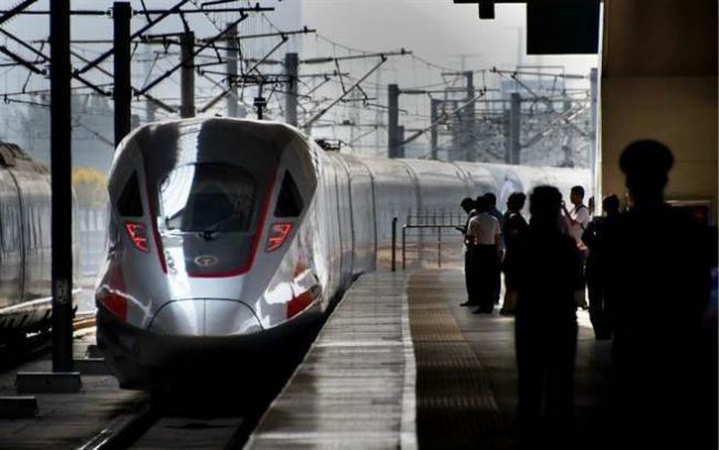 """中国新一代""""智慧高铁""""挑战时速400公里"""