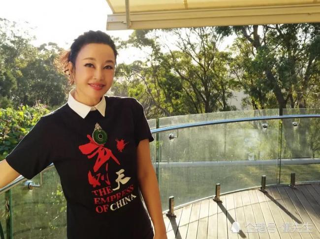 刘晓庆河边不停凹造型拍美照 大玉坠抢眼
