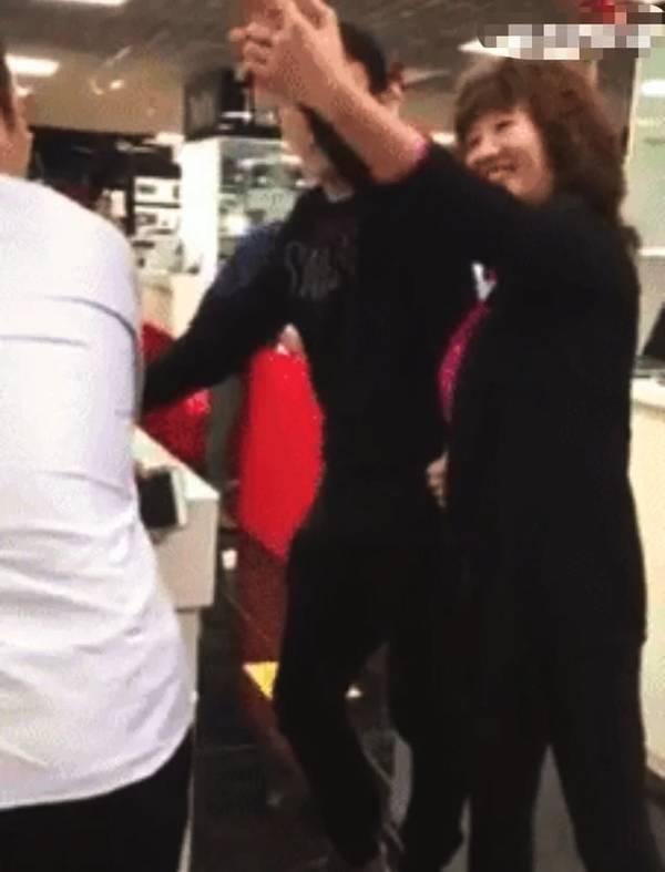 王思聪被大妈索要合影 直接黑脸拍掉手机
