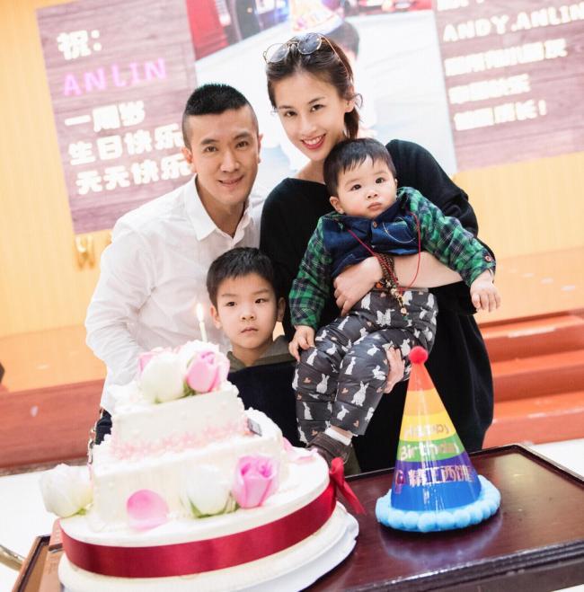 黄圣依杨子为儿子庆生 三代同堂温馨幸福