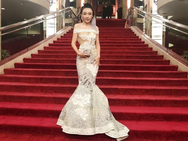 中国女星透视裙亮相奥斯卡 胸前风光抢镜