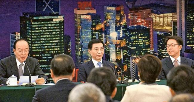 王沪宁平易近人  发言时经常不看稿