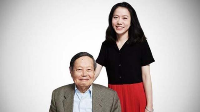 95岁杨振宁42岁翁帆逛街 神秘小孩随行