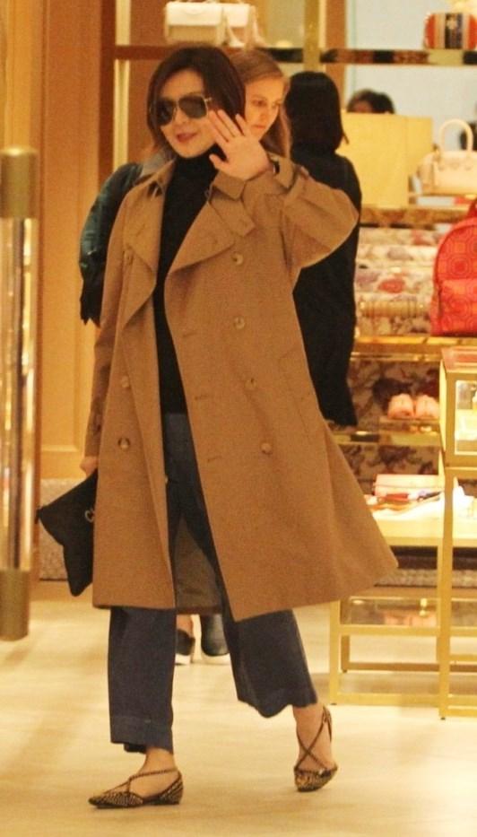 关之琳面遮黑超名店购物 见被拍微笑招手