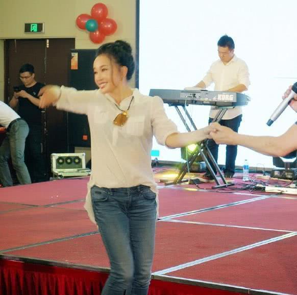 刘晓庆公开卖力扭臀跳舞 真不像63岁