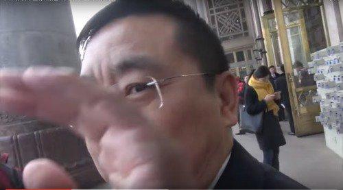 全国人大代表魏树旺被采访时,伸手挡住记者摄像机