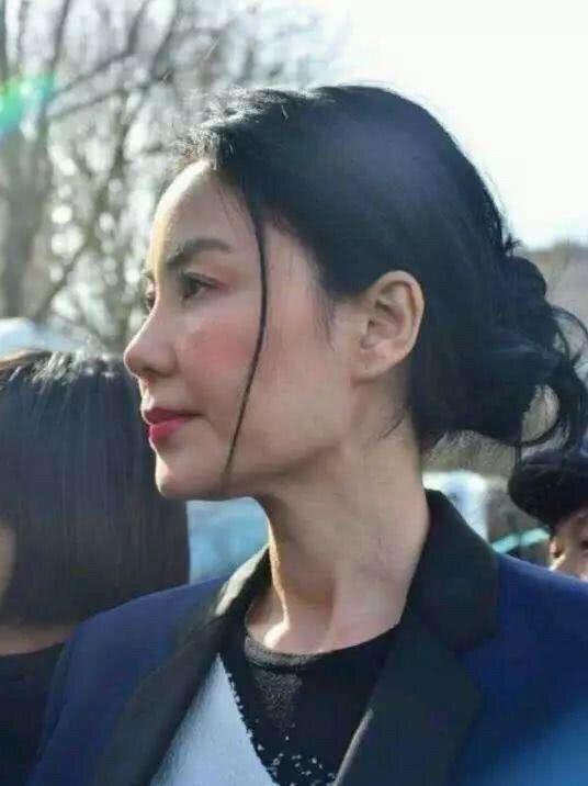 王菲返港见谢霆锋?48岁的她充满少女味