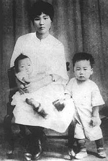 220px-YangKaiHui_and_her_son.jpg