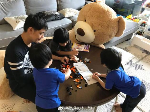 幸福家庭日!林志颖和儿子玩乐高超温馨