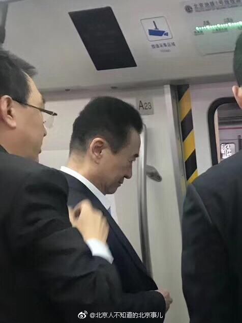 """王健林带保镖坐地铁""""低调""""出行"""