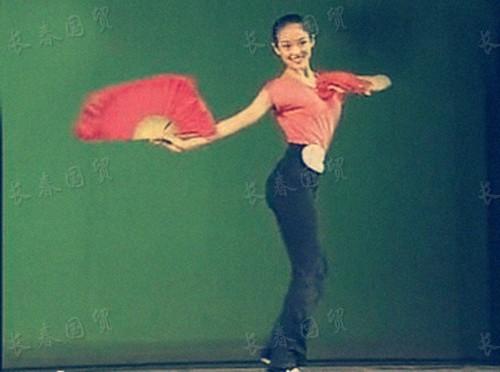 章子怡15岁舞蹈比赛旧照 身材出众甜美