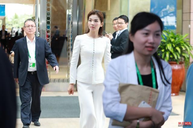 刘涛白色套装出席博鳌亚洲论坛 简洁干练