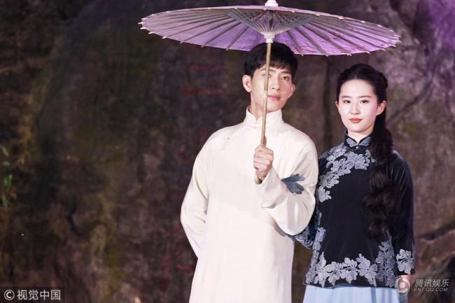 刘亦菲民国装韵味足圆润  与他甜笑对视