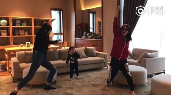 汪峰登台开场 章子怡带两女儿在家干这事