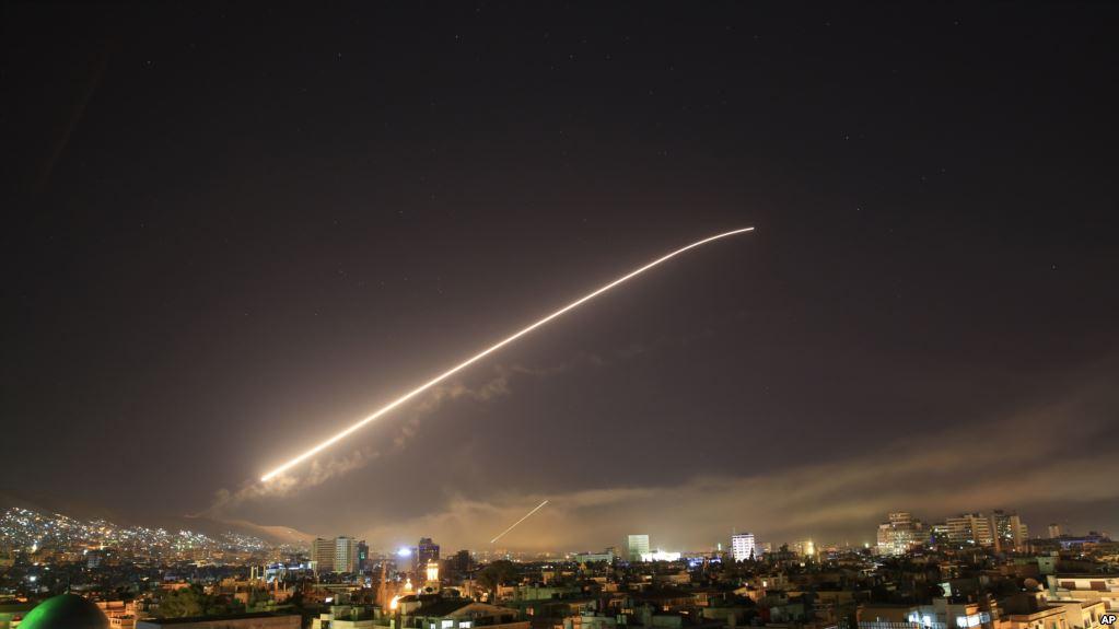 叙利亚防空部队发射导弹回应美英法空袭(美联社)