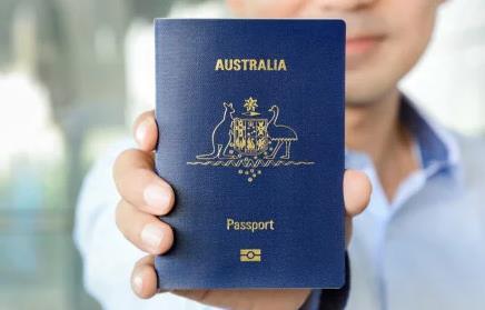 """""""用外国护照很有优越感"""" 华男自曝生活"""