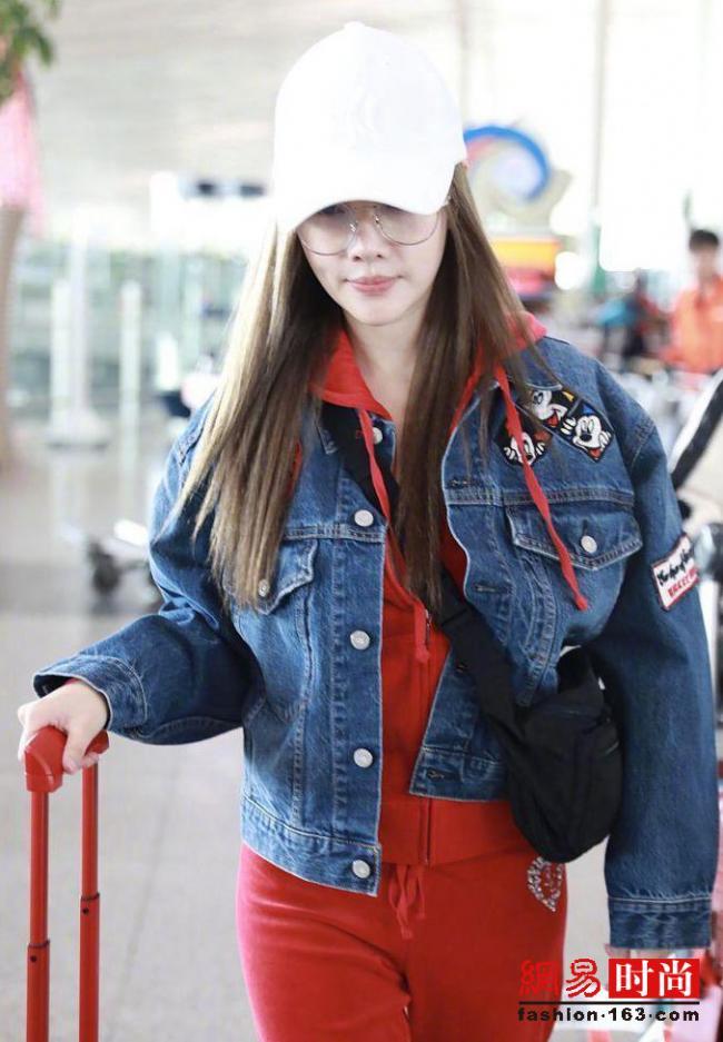 李小璐全身红装加限量红行李箱现身机场