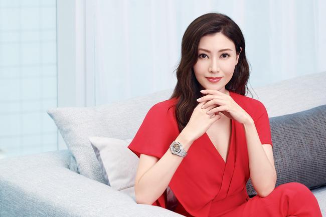 李嘉欣穿深V红裙写真 秀事业线气质迷人