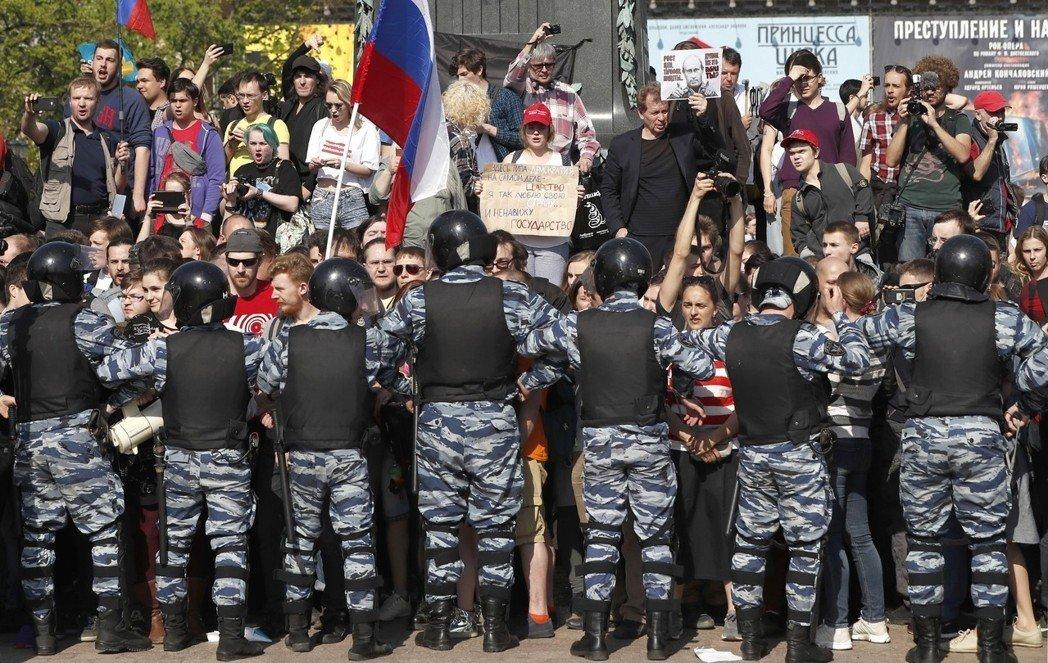 俄爆发反普京连任大规模示威 逾千人被捕