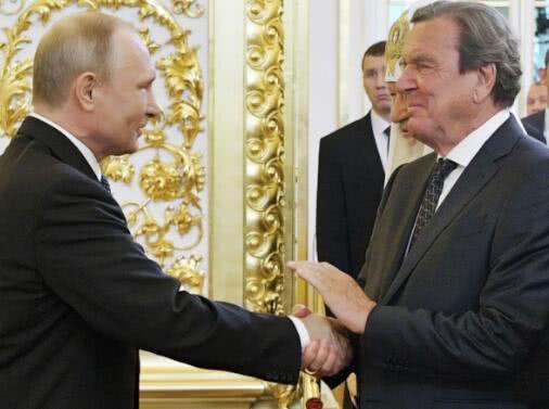 普京就职后与3人握手 唯一外国人有深意