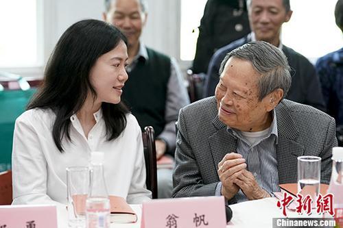 96岁杨振宁携翁帆推出新书 甜蜜温馨