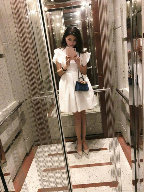 李嘉欣电梯中自拍 穿白裙仙气十足秀美腿