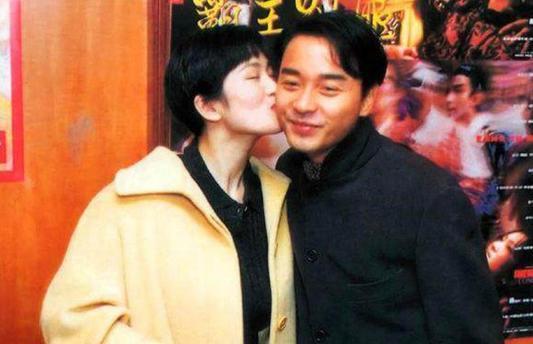 张国荣巩俐25年前合影 和哥哥互相亲吻