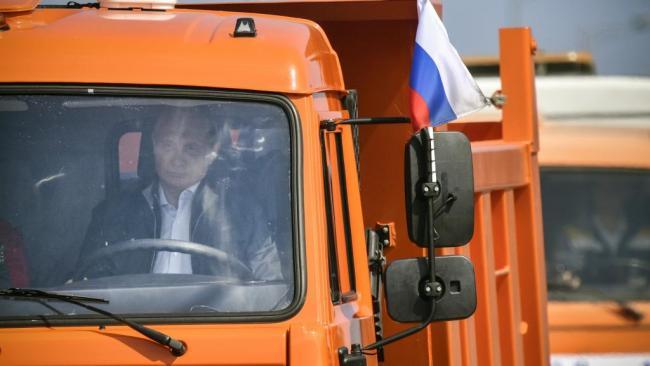 普京亲自驾驶大卡车  通过跨海大桥
