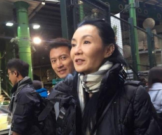 张曼玉谢霆锋现身街头 网友:看成张柏芝